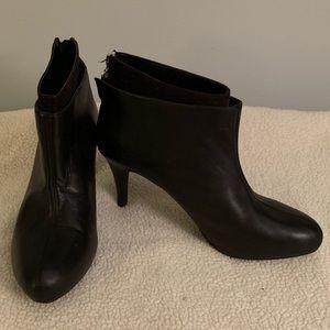 EUC Me too black zip up boots